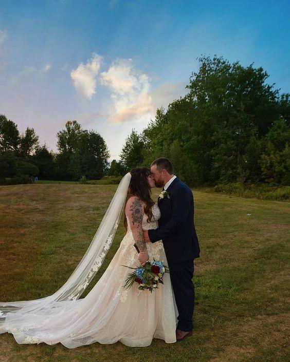 همسة سهام لابسه الغيم طرحة والفخر سلسالها الله يتمم فرحتك يا عروستنا تصويري تصويري سناب تصم Arabian Wedding Arab Wedding Wedding First Look
