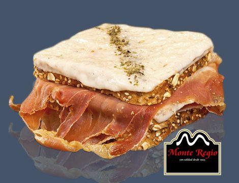 Empezamos la semana con este delicioso sándwich de queso gratinado, tomate y jamón serrano #MonteRegio ¡feliz lunes!