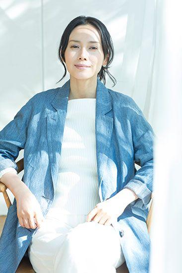 中谷美紀ブルーのコートが爽やかで美しい画像