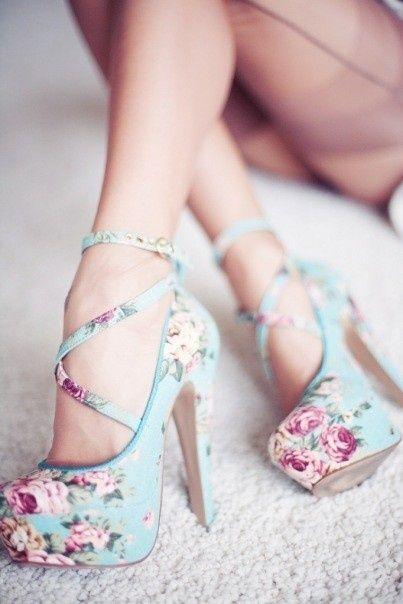 Zapatos altos color turquesa y un hermoso estampado floral