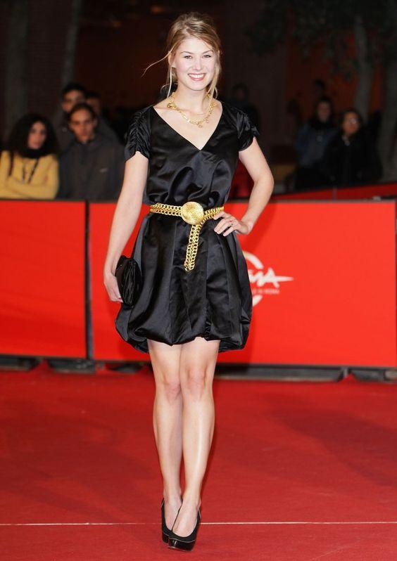 Pin for Later: Vom Bond Girl zum Gone Girl: Rosamund Pike's Verwandlung Rosamund Pike Das bisschen Glamour fügte Rosamund beim Filmfest in Rom im Jahr 2007 durch einen goldenen Gürtel hinzu.
