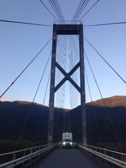 Puente colgante desembocadura Lago Yecho Chile