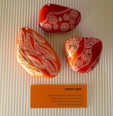 Piedras pintadas en naranja y rojo / Painted stones in orange and red