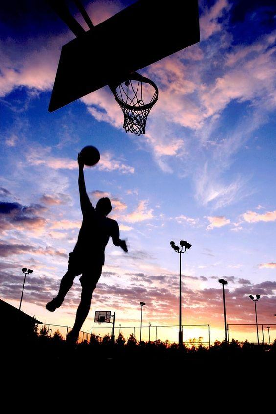 綺麗な青空の下でバスケ