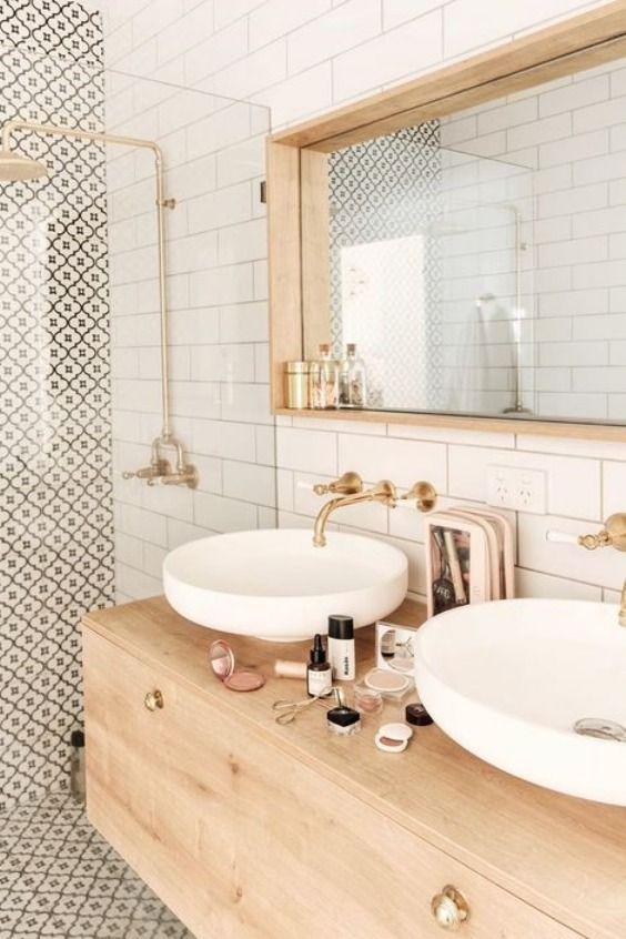 diseño de cuarto de baño con ducha y azulejo tipo metro