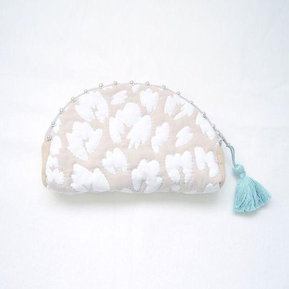 「LEOPARD QUILTING pouch」ベージュ×ミントブルーレオパードのプリントがぷっくり浮かび上がるポーチ。レオパード柄をシルクスクリ...|ハンドメイド、手作り、手仕事品の通販・販売・購入ならCreema。