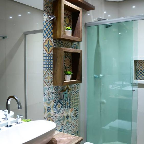 nicho de madeira, ladrilho hidráulico