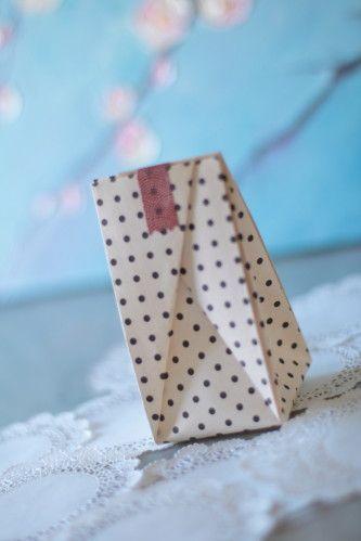 origami bag Fait : avec un carré pris dans une feuille A4 (21x21), ça donne un petit sac de 8cm de haut x 5cm de large.