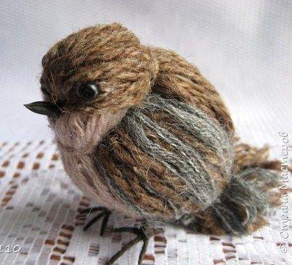 Comment faire un oiseau en laine avec des bouts de laine de plusieurs couleurs.. N'est-il pas mignon ce petit oiseau tout de laine fabriqué. On le prendrait presque pour un vrai qui vient de se poser sur la table. Toujours dans l'optique de vous donner des idées de créations, malgré que je n'aie...