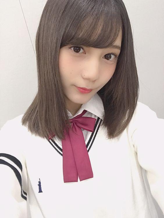 制服の小坂菜緒