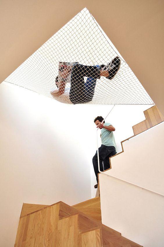 insolite maison originale hamac pour escalier 2   32 idées insolites pour rendre votre maison originale   piscine ping pong photo original m...