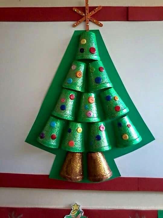 Pinito con vasos manualidades pinterest - Manualidades navidad arbol ...