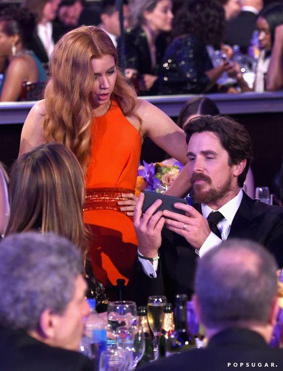 Pin for Later: Die 22 besten Backstage-Aufnahmen der Golden Globes Was Amy Adams da wohl auf Christian Bale's Handy entdeckte?!