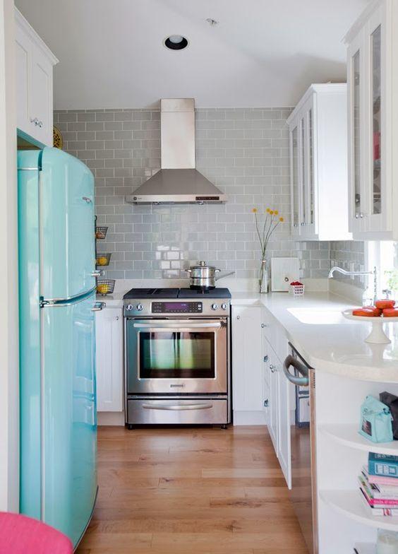 Que cozinha mais fofa! Ainda mais com essa geladeira azul <3: