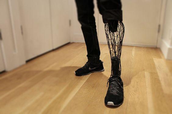 Santé : L'Exo-Prosthetic Leg imaginée par le designer industriel William Root. Pour parvenir à un tel résultat, il veut combiner la numérisation et la modélisation 3D ainsi que l'impression 3D à partir de poudre de titane. © William Root ||| https://www.behance.net/gallery/20696469/Exo-Prosthetic-Leg