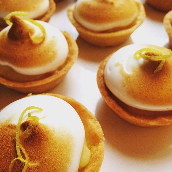 :: E tem mini tartelette de limão siciliano também :: #lefuba #bareaders #huffposttaste #baking #foodstyling #foodphotography #citron #lemon #tarte #gourmandise #patisserie #limaosiciliano #meringue #foodporn #dessert #thebakefeed #lemonpie  Yummery - best recipes. Follow Us! #foodporn