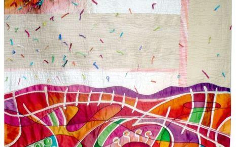 Seeds of colours – Cecília González Medida: 138 x 139 cm Año: 2008 Seda pintada y teñida a mano con la técnica del batik. También incluye capullos de seda. Esta acolchado libremente a máquina. Las semillas, aquí representadas por los capullos de seda, explotan y lo llenan todo de colores y luz. La seda tiene una mágia especial, me encanta el brillo de los colores y lo que transmite a nuestros sentidos.