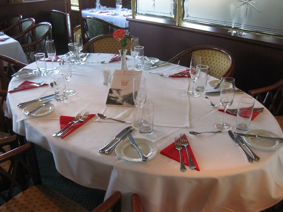 Geselligkeit und Atmosphäre im Bord-Restaurant. Die Speisefolge zum Mittag- und Abendessen wird werden am Tisch gereicht.