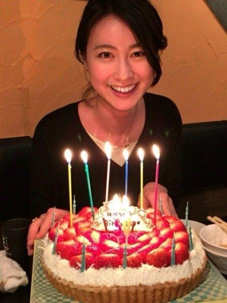 バースデーケーキに喜んでいる小川彩佳のかわいい画像