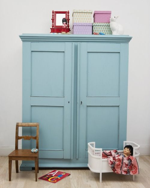 Craft cabinet quilt pillow and cabinets on pinterest for Peindre une armoire en pin