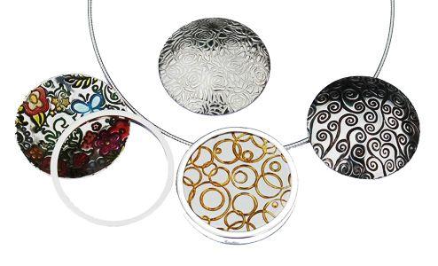 Met Art Clay Silver is het voor iedereen mogelijk een eigen zilveren sieraad te maken. De zilverklei ziet eruit als gewone klei,maar bestaat uit kleine zilverdeeltjes, bindmiddel en water. Het kneedbare zilver is gemakkelijk te vormen en dat geeft u eindeloos veel mogelijkheden bij het maken van uw eigen sieraden. Tijdens het drogen verdampt het water en tijdens het afbakken verbrandt het bindmiddel en smelten de zilverdeeltjes samen tot één geheel.