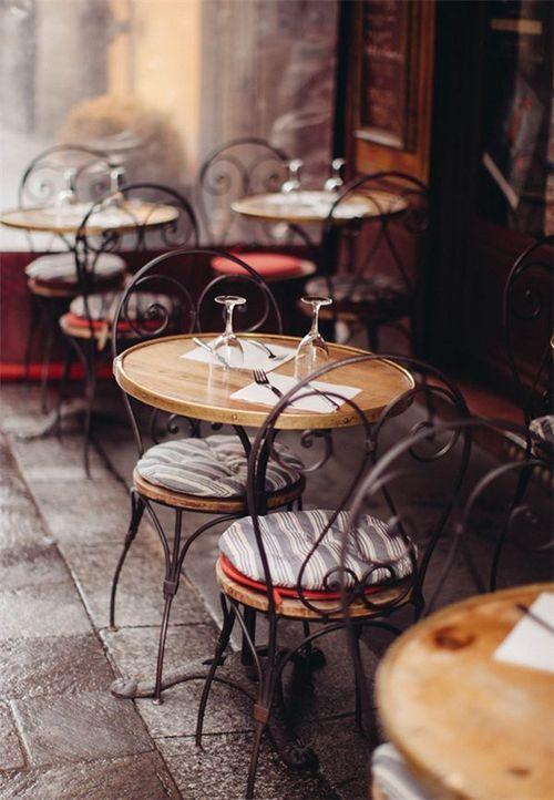 """El Café de la Montaña fue un café de tertulias ubicado en la Puerta del Sol. Estuvo abierto a finales del siglo XIX y comienzos del XX. Se encontraba en la planta baja del famoso Grand Hôtel de París.. edificio en la Puerta del Sol que tiene hoy en día el famoso anuncio de """"Tío Pepe"""". El café se hizo famoso en 1899 por ser aquel en que perdió un brazo Ramón María del Valle-Inclán a causa de una disputa con el periodista Manuel Bueno."""