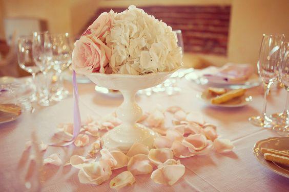Un'idea romantica e profumata per il centro tavola: un'alzatina bianca elegante e una cascata di petali di rosa. #wedding #centerpiece #centrotavola #flower #roses