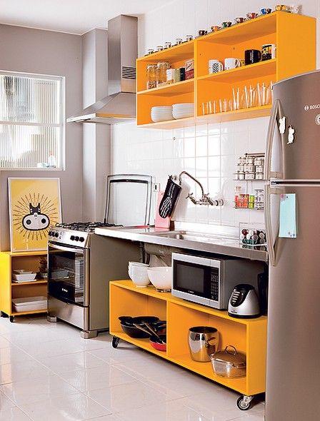 O publicitário Marcio Mota transformou os armários velhos da cozinha em módulos sem portas e laqueados de amarelo. Um está afixado na parede acima da pia e outro, com rodízios, encaixa-se embaixo da bancada: