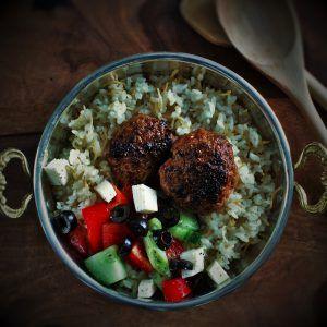 köfte, çoban salatası ve pilav (Hackbällchen mit Hirtensalat & türkischem Reis) Zu türkischen Gerichten gibt es keine Saucen dazu, so wie wir sie in Deutschland kennen. DAFÜR kann man beim Essen kreativer sein. Wie? Dazu mehr auf unserem Blog!