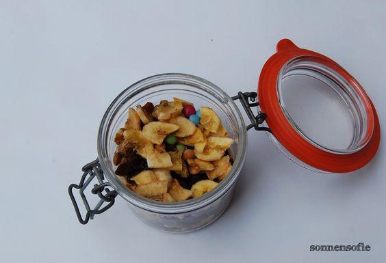 Schülerfutter: Bananenchips, Haselnüsse, Rosinen, Smarties http://sonnensofie.wordpress.com/2013/09/12/schuelerfutter/