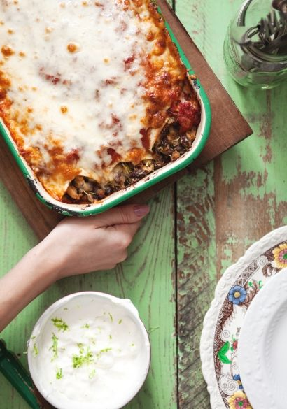 Une enchilada est une préparation d'origine mexicaine qui consiste en une tortilla garnie, roulée, recouverte de sauce épicée puis gratinée au four. Ça a un goût réconfortant sans pour autant ressembler à nos plats typiquement québécois que l'on cuisine très (trop) souvent.