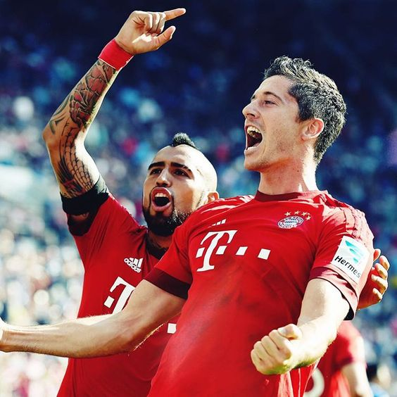 Vidal and Lewandowski after Lewandowski put Bayern ahead