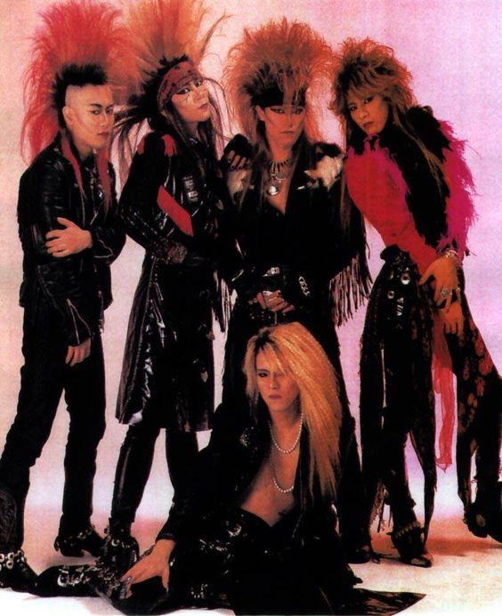 真ん中でYOSHIKIが座っている黒い衣装を着たX JAPANの画像