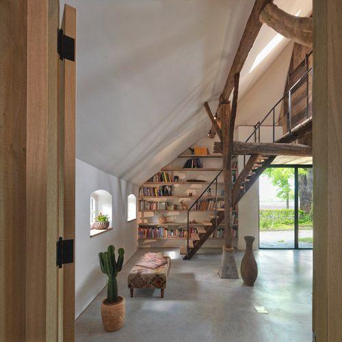 Renovatie woonboerderij met doorkijk van bijkeuken naar boekenkast in nis en trap naar etage met - Renovatie houten trap ...