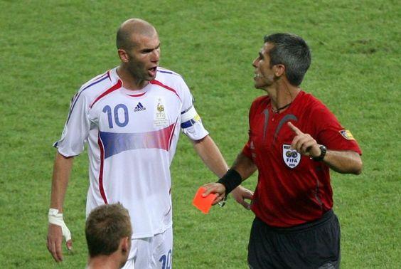 Copa de 2006 - Sem razão, Zidenide Zidane reclama da sua expulsão com o árbitro da final, o argentino Horacio Elizondo