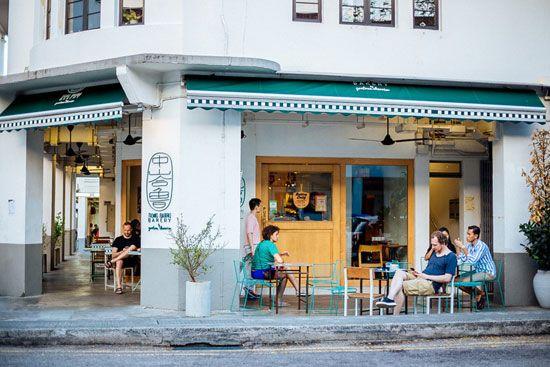 Nhìn bề ngoài các quán cafe trông có vẻ cũ kỹ, nhuốm màu thời gian.