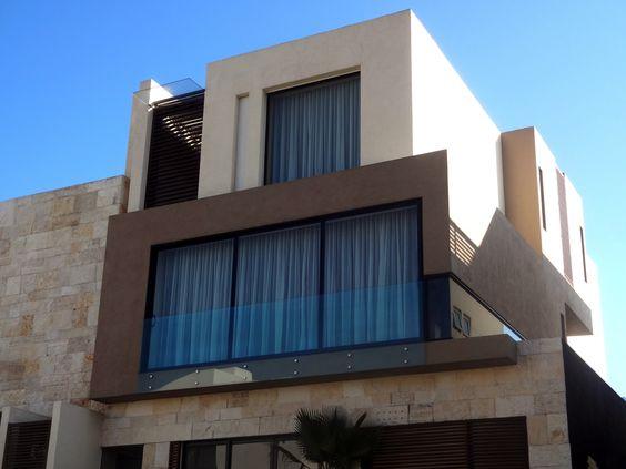 Casa ss fachada muros de piedra celosia de madera - Celosias para ventanas ...
