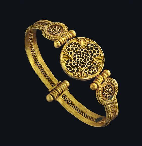 A BYZANTINE GOLD BRACELET - CIRCA 11TH-12TH CENTURY A.D.: