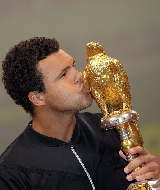 ©CHEN SHAOJIN/LANDOV/MAXPPP - Image #: 16465763 (120108) -- DOHA, Jan. 8, 2012 (Xinhua) -- Jo-Wilfried Tsonga of France kisses the trophy as he celebrates after winning the final match against Gael Monfils of France at the ATP Qatar Open tennis tourn