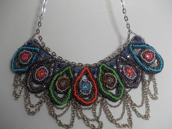 Maxicolar lindo e exclusivo, bordado à mão em miçangas, cristais e strass e correntes...Sob encomenda em outras cores também. R$250,00