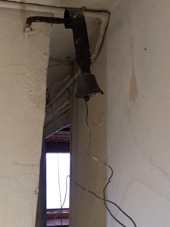 Alte Glocke in der Dachkammer