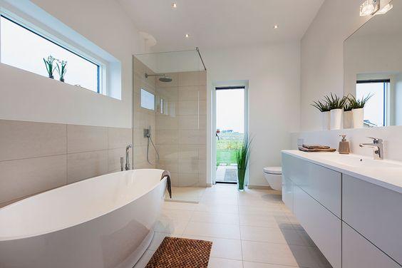 Store lyse flader i badeværelset #huscompagniet #inspiration ...
