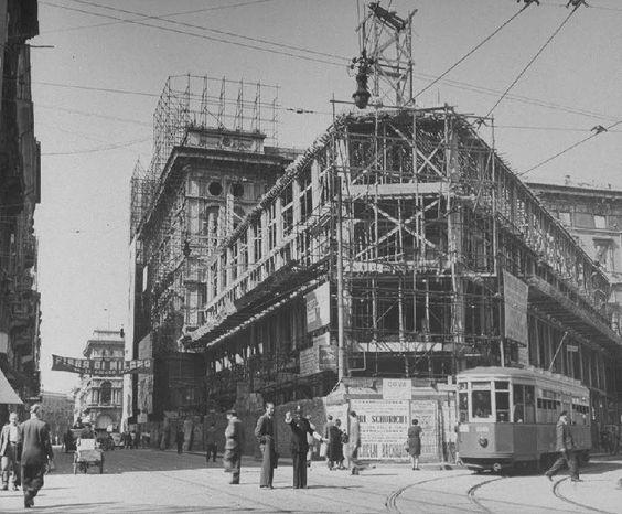 Via Mazzini verso il Duomo (si vedono in lontananza i portici settentrionali). Lo scatto è del 1947, si costruisce riparando i danni di guerra......
