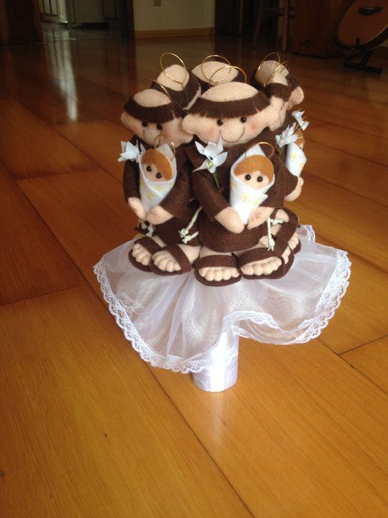 Bouquet  de noiva com Santo Antônio. Ao invés das flores, os santinhos, suas convidadas vão adorar! #casamento