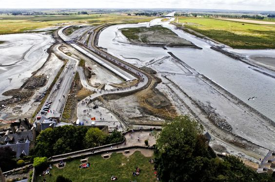 En 2005 comenzaron importantes obras de rehabilitación en la bahía (la construcción de una nueva presa en el Couesnon, un proceso de desarenado y la eliminación del dique carretera y del aparcamiento), que permitirán, en 2015, que el Mont Saint-Michel vuelva a ser una isla.