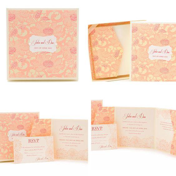 Invitaciones de boda en caja con dibujo de flores en color rosa pastel.