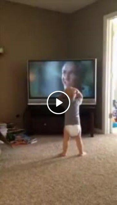 Bebê imita movimentos do filme na TV