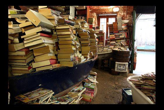 Tour du monde des librairies les plus atypiques | Livres Hebdo  Librairie Acqua Alta, Venise (Italie). Ici, les livres sont rangés en hauteur, sur des supports flottants, mais aussi dans des baignoires et même des gondoles. Le nom de cette librairie fait référence au phénomène de marée haute qui inonde régulièrement Venise. - Les 10 librairies les plus atypiques du monde.