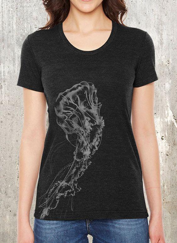 Dieser Ozean Themen T-shirt Features Damen ein detaillierter Bildschirm Drucken einer Riesen Qualle Tippbetrieb bis auf der Vorderseite der