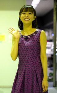 小林麻耶かわいい紫ワンピース姿で手を振る画像